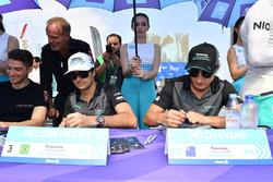 Nelson Piquet Jr., Jaguar Racing, Mitch Evans, Jaguar Racing, firmano autografi ai fan