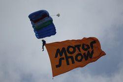 Un paracadutista arriva alla Motul Area