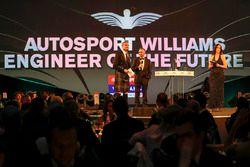Paddy Lowe, Williams Formula 1, Williams geleceğin mühendisi ödülünü veriyor