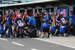 Alex Lowes, Pata Yamaha Pirelli lastik değişimi