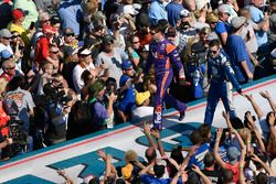 Denny Hamlin, Joe Gibbs Racing Toyota e Alex Bowman, Hendrick Motorsports Chevrolet Camaro