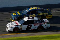 Brad Keselowski, Team Penske Ford Fusion and David Ragan, Front Row Motorsports Ford Fusion