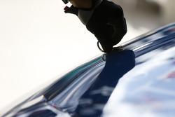 Un membro della crew di Brandon Jones, Joe Gibbs Racing, Menards Jeld-Wen Toyota Camry