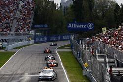 Льюис Хэмилтон, McLaren MP4-23, Роберт Кубица, BMW Sauber F1.08 и Кими Райкконен, Ferrari F2008 позади сейфти-кара