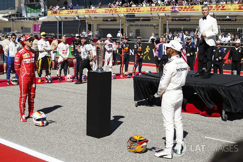 Конферансье Майкл Баффер представляет гонщика Mercedes AMG F1 Льюиса Хэмилтона и пилота Ferrari Себастьяна Феттеля