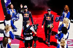 Гонщики Scuderia Toro Rosso Даниил Квят и Брендон Хартли
