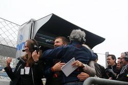 Il team Tsunami RT festeggia la vittoria di Alessio Rovera