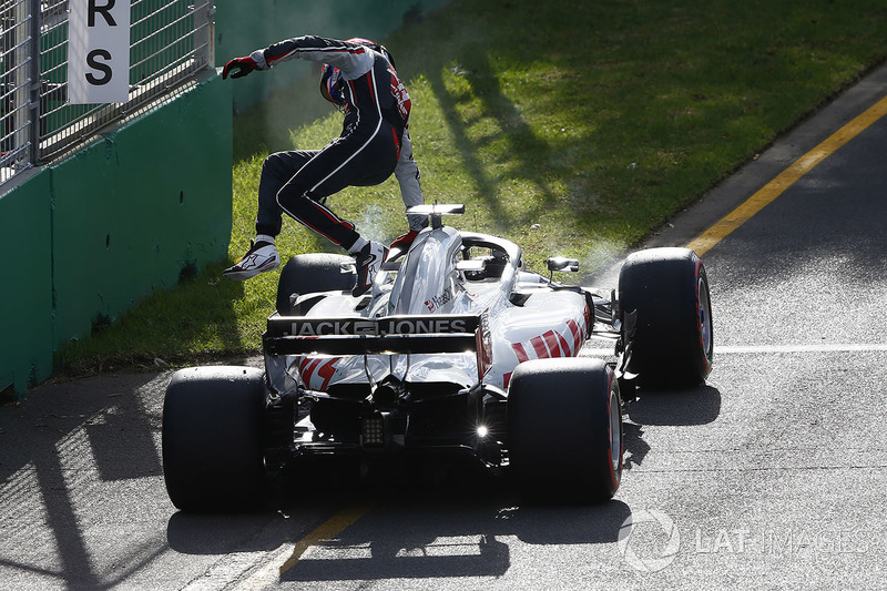 Обе машины Haas сошли из-за проблем с креплением колес на пит-стопах. Это уже третий двойной сход в истории американского коллектива, и второй – на трассе в Мельбурне