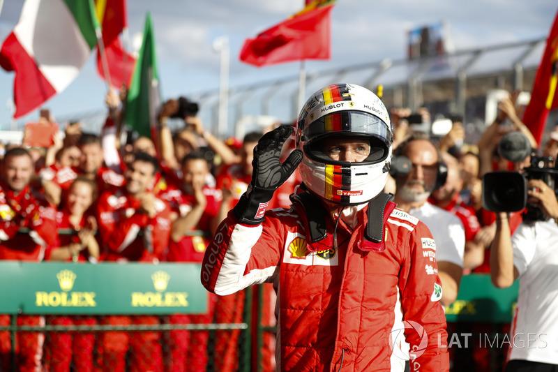 Sebastian Vettel, Ferrari, 1° classificato, festeggia con il team nel parco chiuso