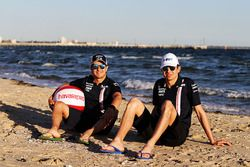 Esteban Ocon, Force India, Sergio Perez, Force India op het strand