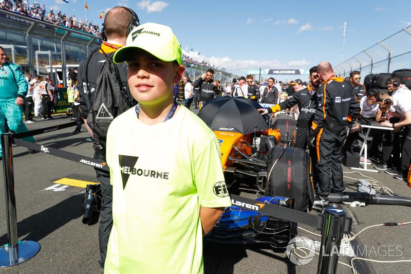 Grid Kid in front of Stoffel Vandoorne's McLaren MCL33 Renault