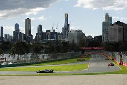 Lewis Hamilton, Mercedes AMG F1 W09, devant Kimi Raikkonen, Ferrari SF71H, et Sebastian Vettel, Ferrari SF71H