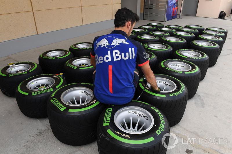 Mekanik Scuderia Toro Rosso mengecek ban Pirelli