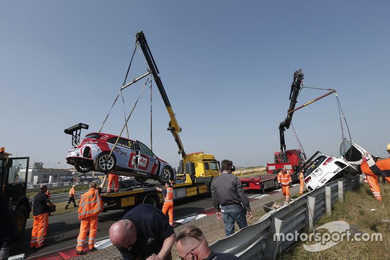 Le auto di Norbert Michelisz, BRC Racing Team Hyundai i30 N TCR e Yvan Muller, YMR Hyundai i30 N TCR dopo l'incidente