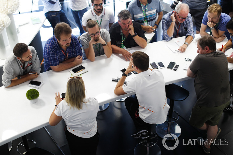 Stoffel Vandoorne, McLaren, podczas konferencji prasowej