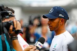 Lewis Hamilton, Mercedes AMG F1, habla con los medios
