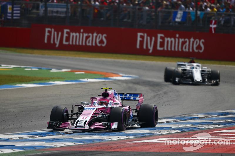 Esteban Ocon, Force India VJM11, delante de Marcus Ericsson, Sauber C37