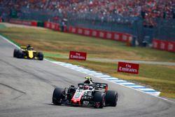 Kevin Magnussen, Haas F1 Team VF-18, leads Nico Hulkenberg, Renault Sport F1 Team R.S. 18