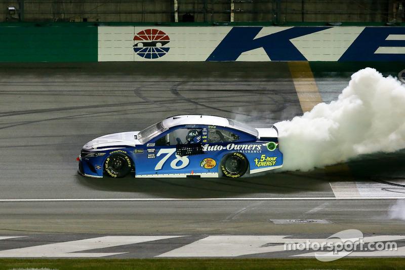 Martin Truex Jr., Furniture Row Racing Toyota Camry, festeggia con un burnout