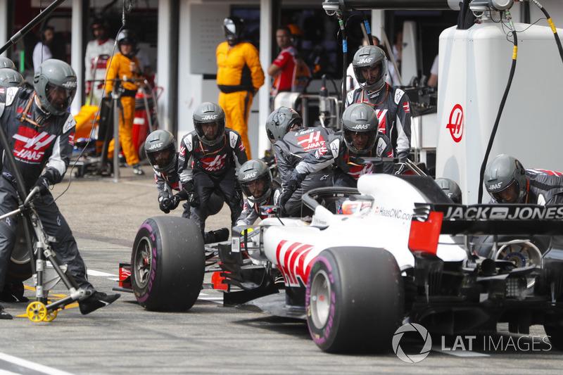Romain Grosjean, Haas F1 Team VF-18, au stand