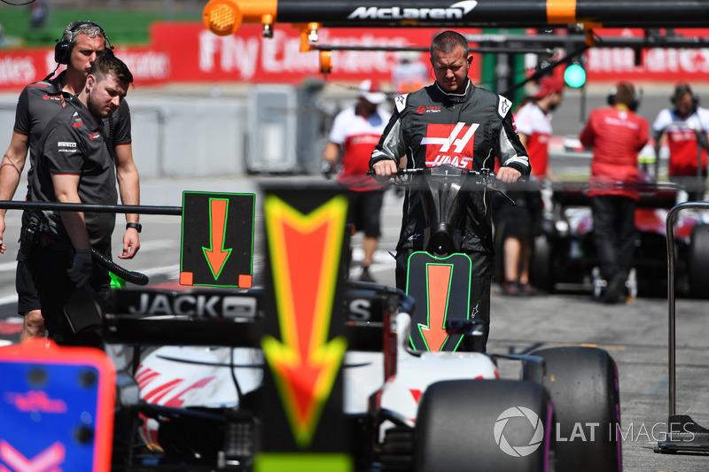 Haas F1 mechanic