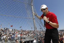 Helio Castroneves, Team Penske Chevrolet, tellerden motorlarınızı çalıştırın komutunu veriyor