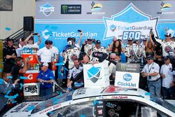 Kevin Harvick, Stewart-Haas Racing, Ford Fusion Jimmy John's pours out a beer on his rear window in victory lane