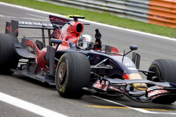 Sebastian Vettel, Scuderia Toro Rosso STR03, franchit la ligne pour remporter son premier GP