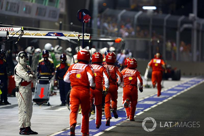 Los mecánicos de Ferrari van a buscar a Felipe Massa, Ferrari F2008
