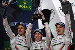 Podyum: 2. Timo Bernhard, Earl Bamber, Brendon Hartley, Porsche Team