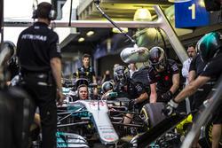 Механики Mercedes AMG F1 отрабатывают процедуру пит-стопа