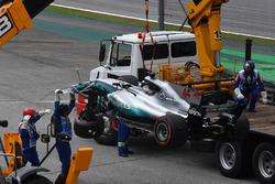El coche chocado de Lewis Hamilton, Mercedes-Benz F1 W08 es removido