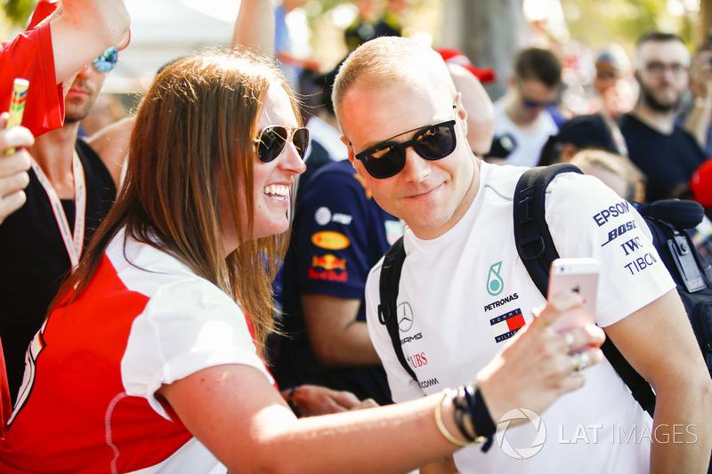 Valtteri Bottas, Mercedes AMG F1, tira selfie com fã