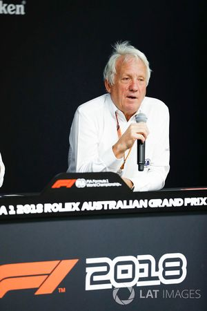 Charlie Whiting, director de carrera de la FIA, habla durante la conferencia de prensa