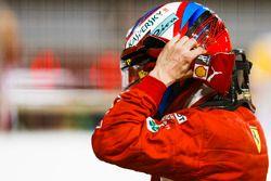 Kimi Raikkonen, Ferrari, si toglie il casco dopo aver conquistato il secondo posto in griglia, durante le Qualifiche
