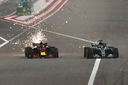 Max Verstappen, Red Bull Racing RB14 lotta con Lewis Hamilton, Mercedes-AMG F1 W09 EQ Power+