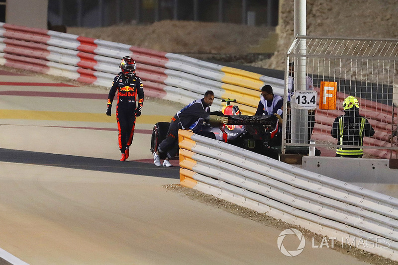 Max Verstappen, Red Bull Racing RB14 Tag Heuer, si ritira dalla gara