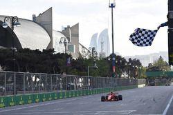 Kimi Raikkonen, Ferrari SF71H passe sous le drapeau à damier