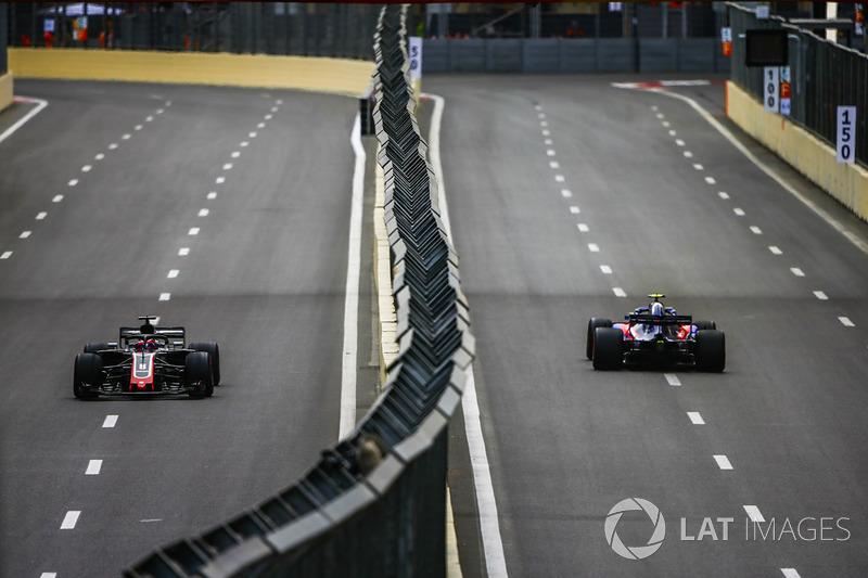 Pierre Gasly, Toro Rosso STR13 Honda, y Romain Grosjean, Haas F1 Team VF-18 Ferrari