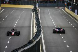 Pierre Gasly, Toro Rosso STR13 Honda, Romain Grosjean, Haas F1 Team VF-18 Ferrari