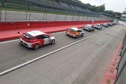 Gunter Benninger, Seat Cupra TCR, Team Wimmer Werk MS e altre vetture in fila all'uscita dalla pit lane