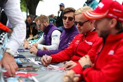 Alex Lynn, DS Virgin Racing, Felix Rosenqvist, Mahindra Racing, signent des autographes