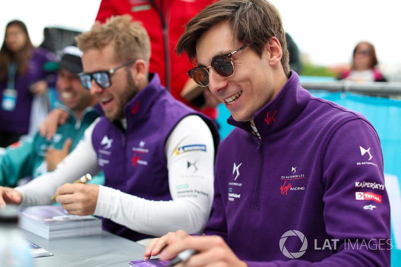Sam Bird, DS Virgin Racing, Alex Lynn, DS Virgin Racing, firmano autografi