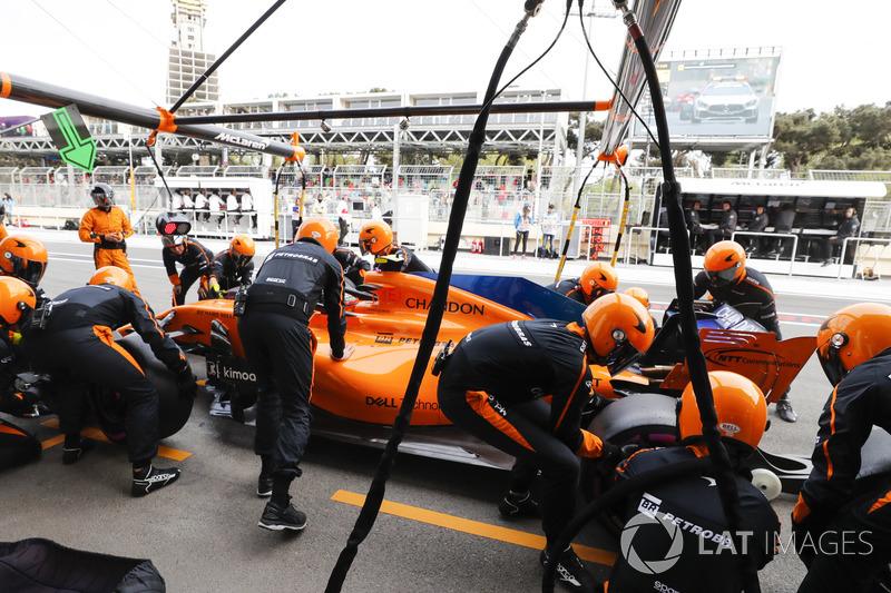 Stoffel Vandoorne, McLaren MCL33 Renault, ai box