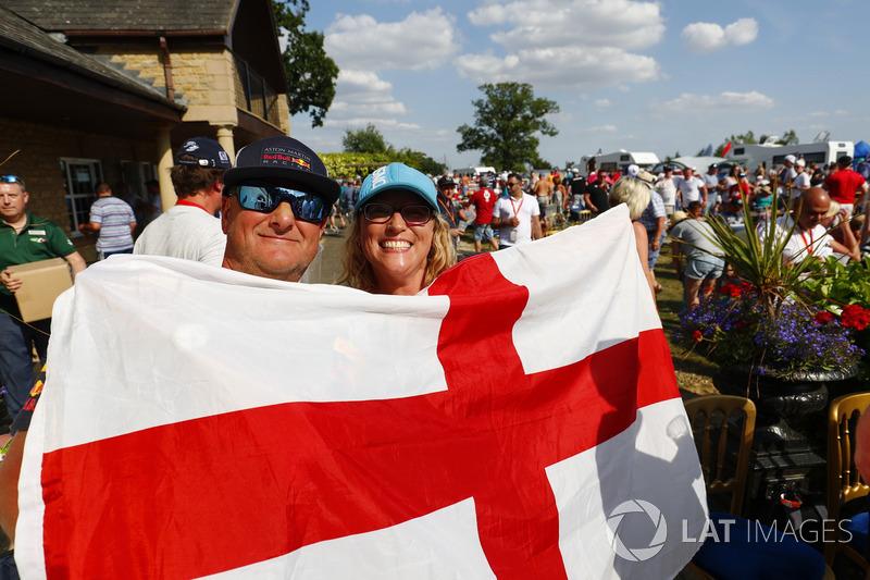 Fans aplauden mientras Inglaterra toma la delantera contra Suecia en la Copa del Mundo