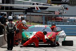 #51 Squadra Corse Garage Italia Ferrari 488 GT3, GTD: Francesco Piovanetti, Oswaldo Negri Jr., Daniel Serra, pit stop