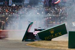 Sergio Perez, Force India VJM11, part en tête-à-queue et percute une publicité au départ
