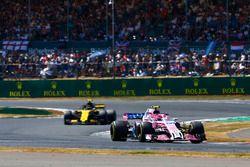 Esteban Ocon, Force India VJM11, lidera a Carlos Sainz Jr., Renault Sport F1 Team R.S. 18
