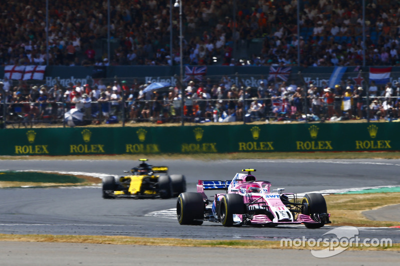 Esteban Ocon, Force India VJM11, y Carlos Sainz Jr., Renault Sport F1 Team R.S. 18