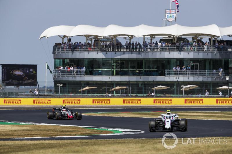 Sergey Sirotkin, Williams FW41, leads Kevin Magnussen, Haas F1 Team VF-18